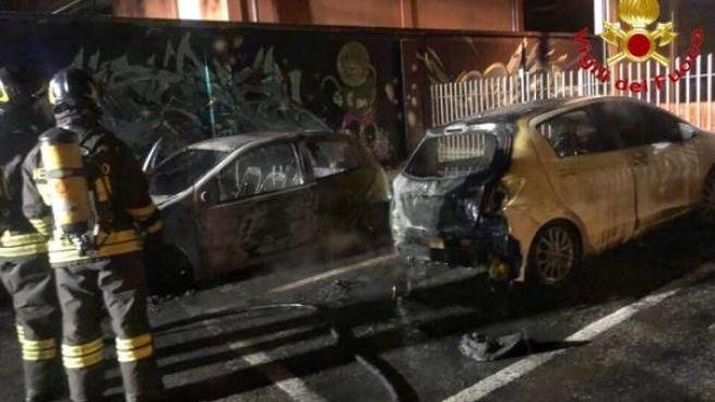Le auto distrutte in via Ticino