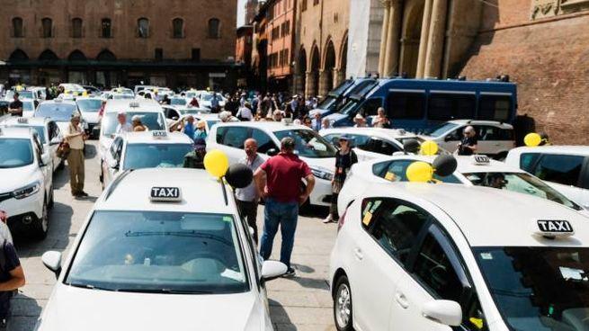 Una protesta di tassisti in piazza (foto Schicchi)