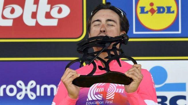Bettiol con il trofeo