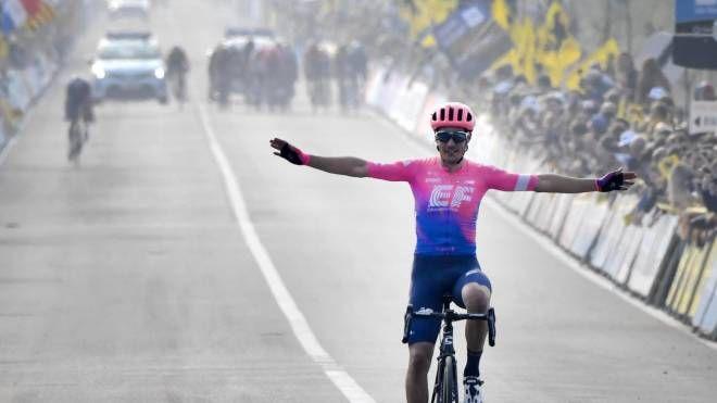 Gloria per Bettiol al traguardo del Giro delle Fiandre