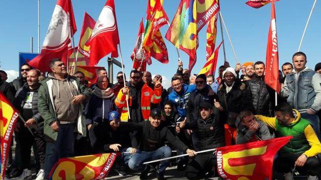 La manifestazione organizzata davanti ai cancelli della Geofor