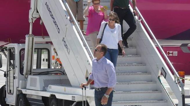 Un aereo atterrato al Ridolfi: non si vola più dal 2013. A sinistra, il sottosegretario agli Interni Stefano Candiani