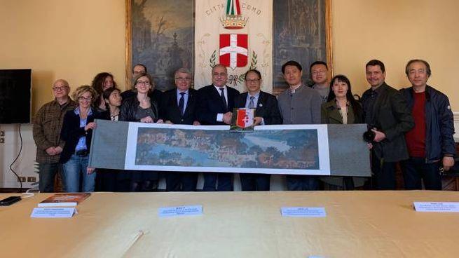 Il sindaco, Mario Landriscina, con la delegazione cinese