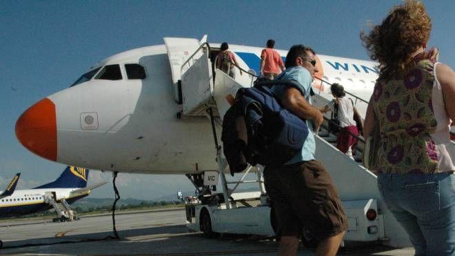 Un aereo pronto al decollo sulla pista del Ridolfi: non si vola più dal 2013