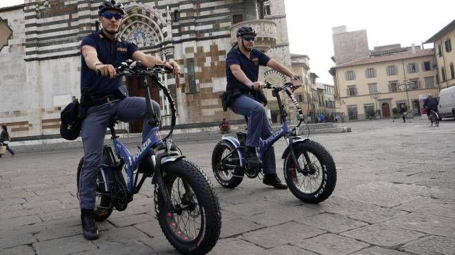 Agenti della polizia durante un presidio del territorio in sella alle biciclette elettriche