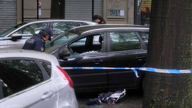 L'auto con il finestrino in frantumi per gli spari (Newpress)