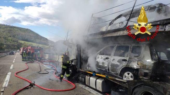 La bisarca andata a fuoco in autostrada (foto Vigili del Fuoco)
