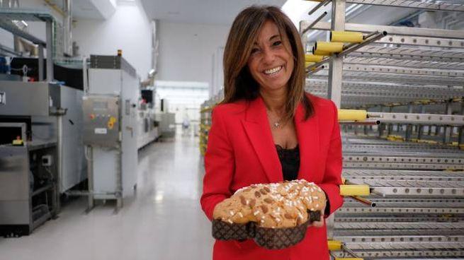 Renata Buli davanti ai forni e sotto il nuovo stabilimento Flamigni (foto Frasca)