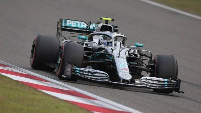 La Mercedes di Bottas sul circuito di Shanghai (Lapresse)