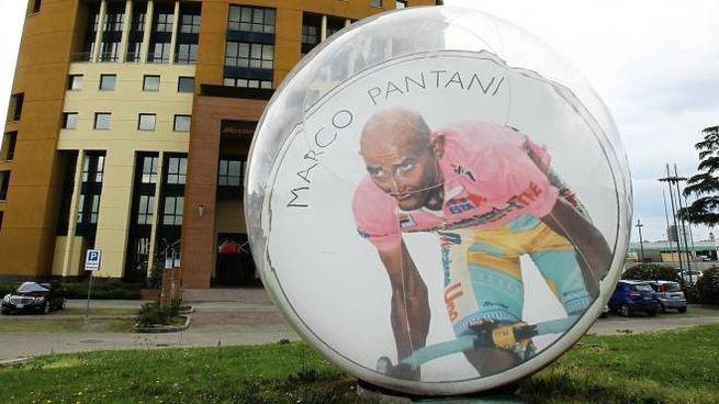 La biglia gigante di Pantani, davanti alla sede del Mercatone Uno