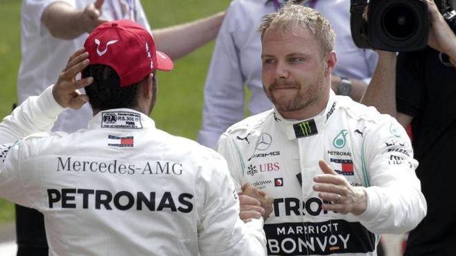 Stretta di mano dopo la pole tra Hamilton e Bottas (Ansa)