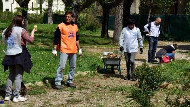 I volontari al lavoro nel giardino delle Terme del Corallo
