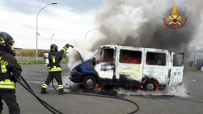 Minibus distrutto dalle fiamme (foto Vigili del Fuoco)