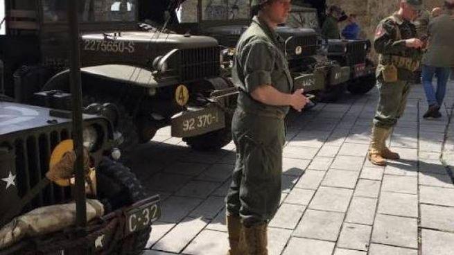 Mezzi e uomini in divisa USA nella piazza di Fosdinovo