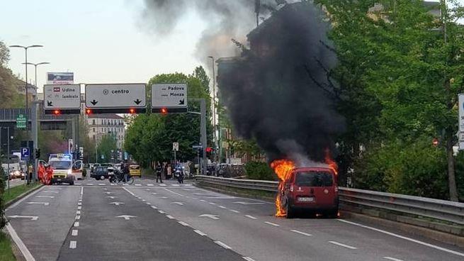 L'auto incendiata in via Palmanova (Newpress)