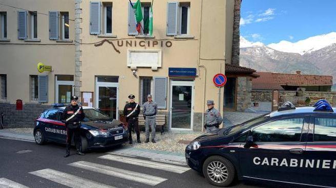 I carabinieri all'esterno del municipio di Cimbergo