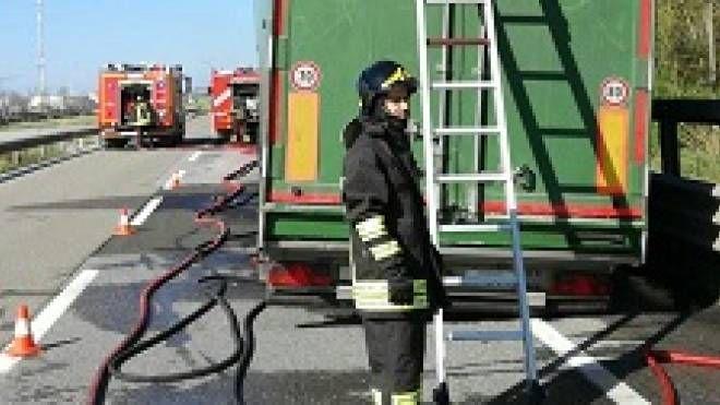 L'autocarro andato a fuoco (foto: vigili del fuoco)