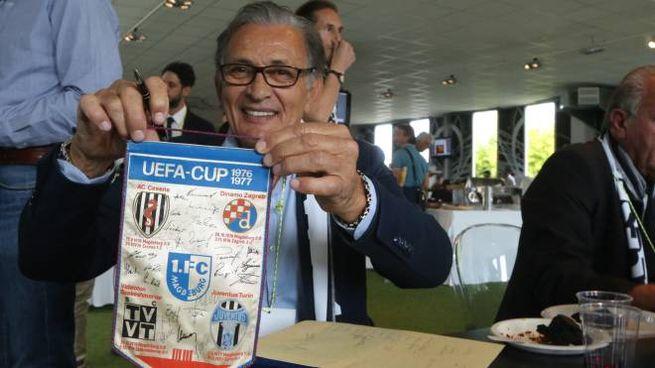 Giampiero Ceccarelli con un gadget del Cesena in Uefa