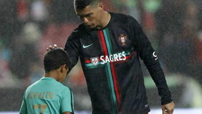 Cristiano Ronaldo con il figlio Cristianinho (Ansa)