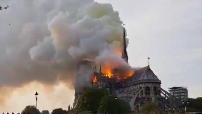 Incendio a Notre Dame, Parigi (Foto Twitter)
