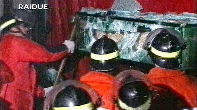 1997, i Vigili del Fuoco rompono la teca contenente la Sacra Sindone (Ansa)