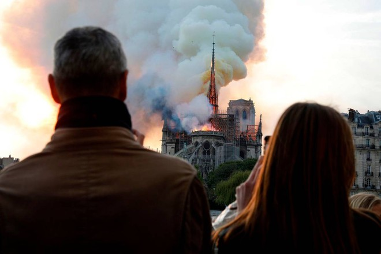Incendio a Notre Dame. Parigi, le fiamme divorano la cattedrale