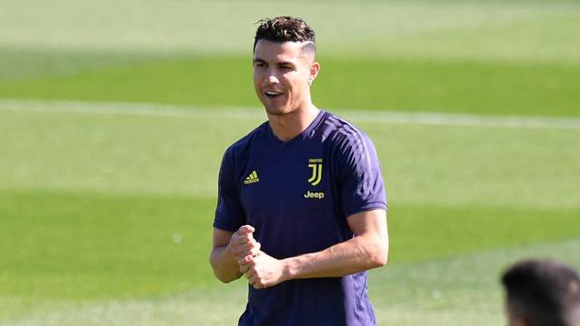 CR7 in allenamento prima dell'Ajax (Lapresse)