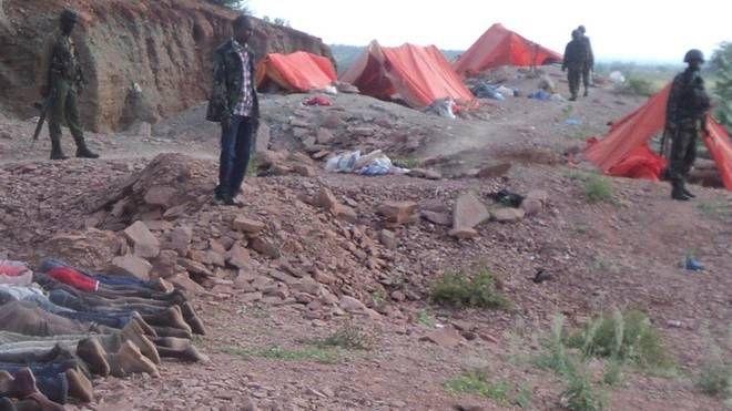 I corpi dei 36 lavoratori di una cava a Madera (Kenya) uccisi dagli Shebab (Ap/Lapresse)