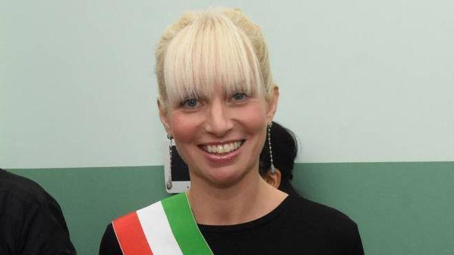 Laura Ferrari è anche la moglie del capogruppo  della Lega in Senato, Massimiliano Romeo (Brianza)