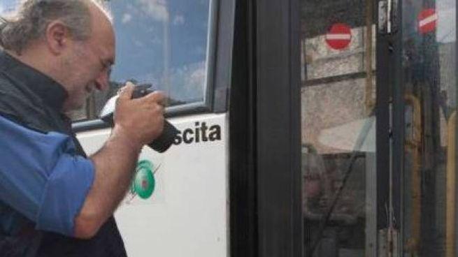 Un carabiniere fotografa le macchie  di sangue sul bus dove è stato aggredito Alessandro Martini