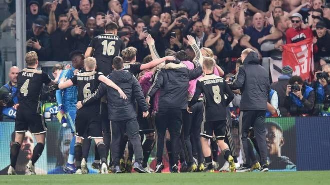 L'esultanza dei giocatori dell'Ajax (Ansa)
