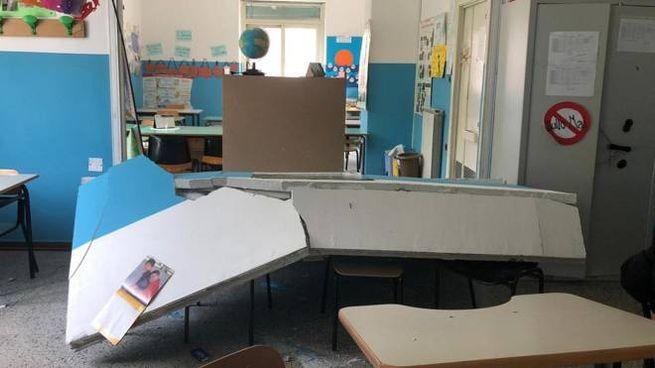 L'aula della scuola di Corso Umberto I a Sant'Anastasia dopo il crollo (Ansa)