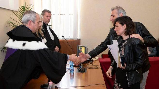 I genitori di Federica Bonbana ricevono l'attestato degli studi in Università Cattolica