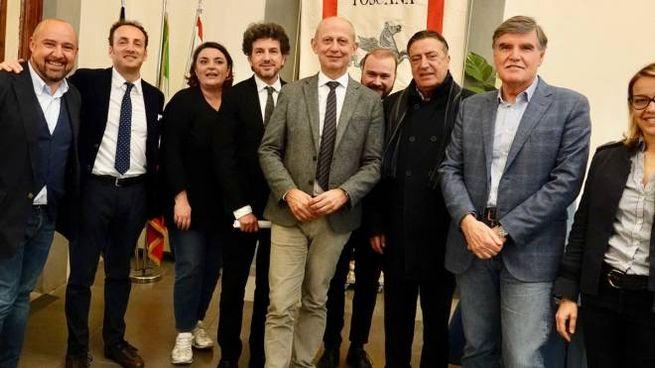 Il gruppo  dei promotori della festa Arcobaleno con, al centro,  il direttore  de La Nazione Carrassi e l'assessore Ciuoffo