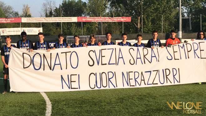 L'Inter con lo striscione in memoria di Donato Svezia