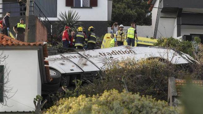 Portogallo, il bus ribaltato nell'isola di Madeira (Ansa)