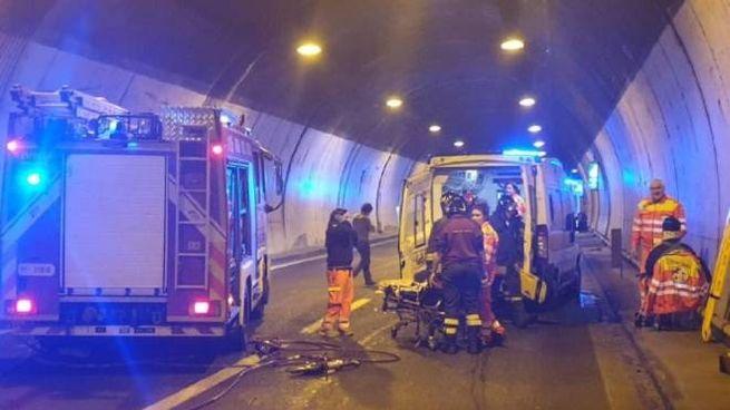L'ambulanza speronata dal minivan  e i vigili  del fuoco di Bellano intervenuti nella galleria Scoglio  di Lierna