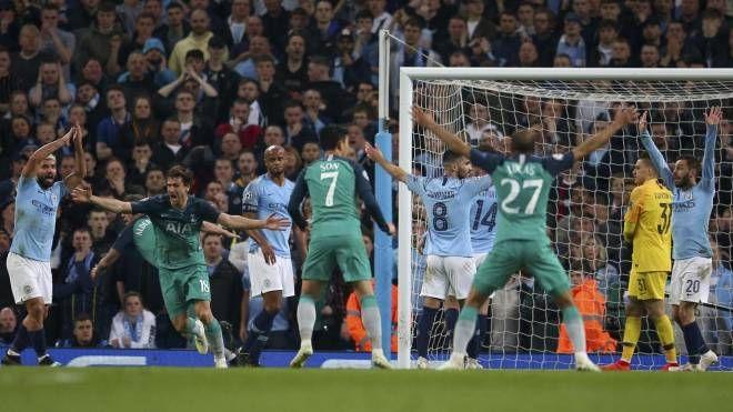 Manchester City-Tottenham, il gol di Llorente (Ap)