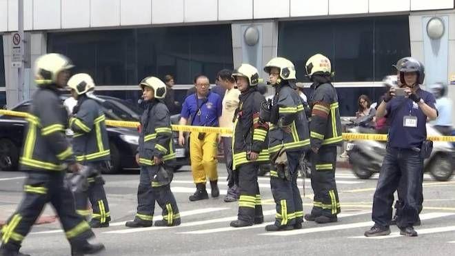 Controlli a Taipei dopo la forte scossa di terremoto (Ansa)