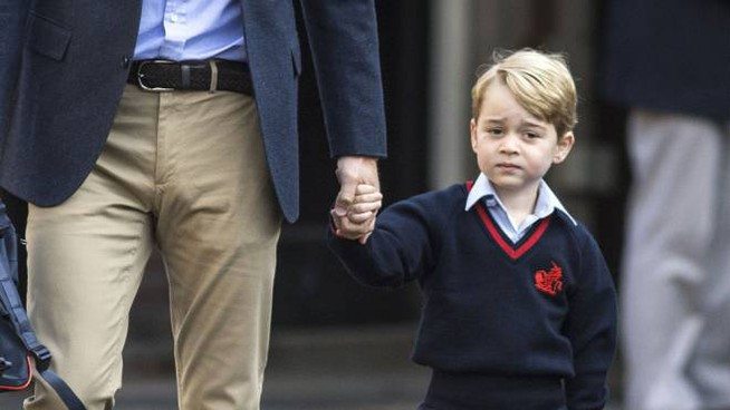 Il principino George nel 2018, al suo primo giorno di scuola accompagnato dal padre