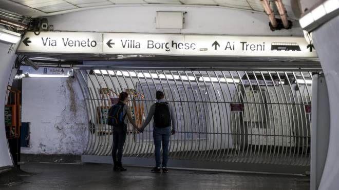 La stazione della Metro A di piazza di Spagna chiusa (Ansa)
