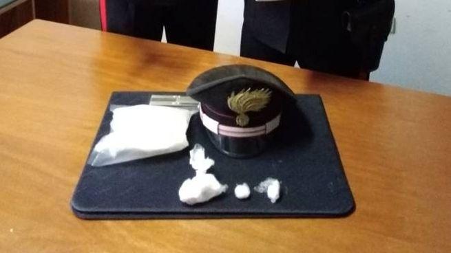 I carabinieri di Terre Roveresche con la droga e il  materiale sequestrato al 33enne