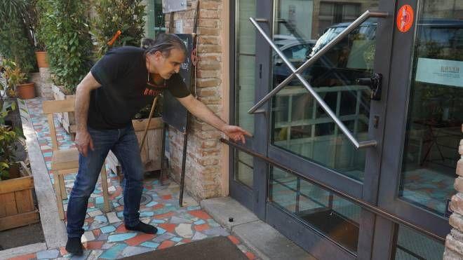 Angelo Manganese del ristorante Rosso mostra da dove sono passati i ladri
