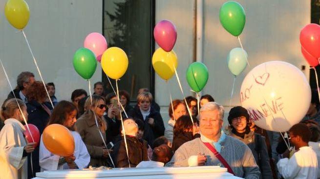 La bara bianca e i palloncini al funerale della piccola morta nel 2016 (foto Valtriani)