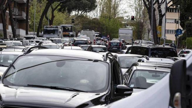 Traffico congestionato a Roma (Ansa)