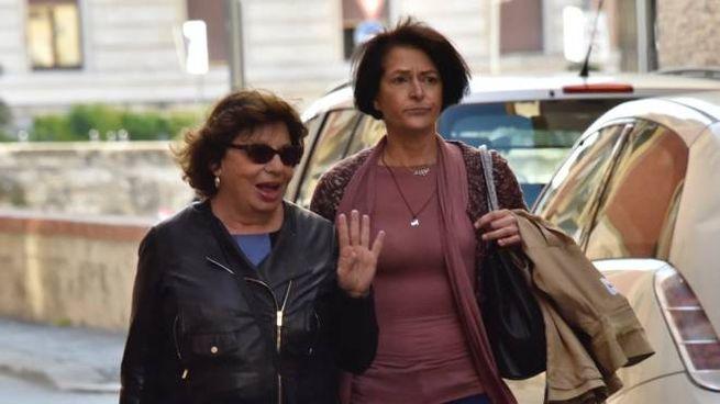 Fausta Bonino, a destra, arriva in tribunale (foto Novi)
