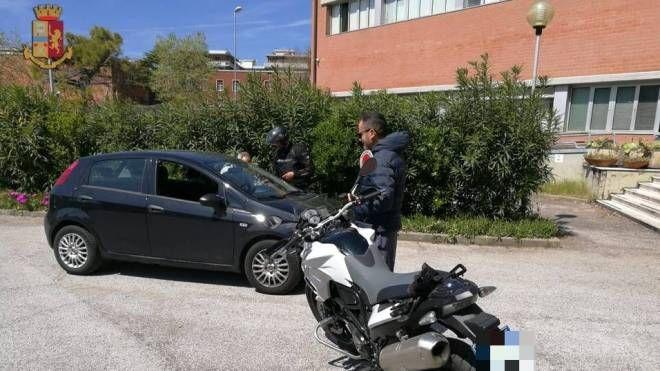 Un momento dei controlli (foto Polizia Stradale)