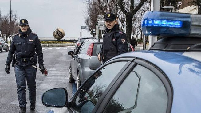 Gli agenti della squadra mobile di Pesaro in servizio