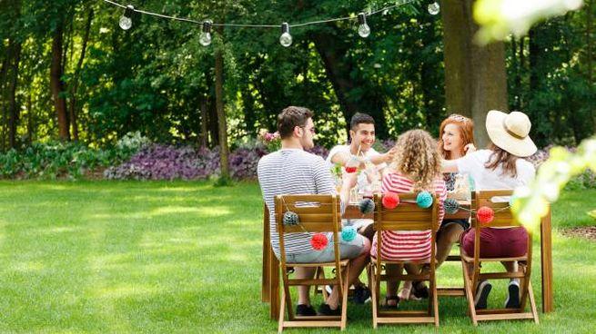 Pranzo tra amici (foto generica iStock)
