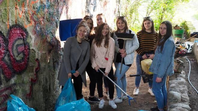 """Le ragazze di Terrarossa che hanno ripulito, con l'aiuto di alcuni coetanei, l'area chiamata """"Canaletto"""" dove hanno trovato di tutto"""